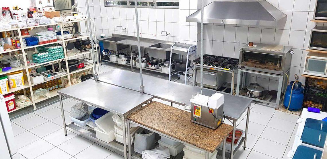 aspectos físicos de uma uan cozinha industrial